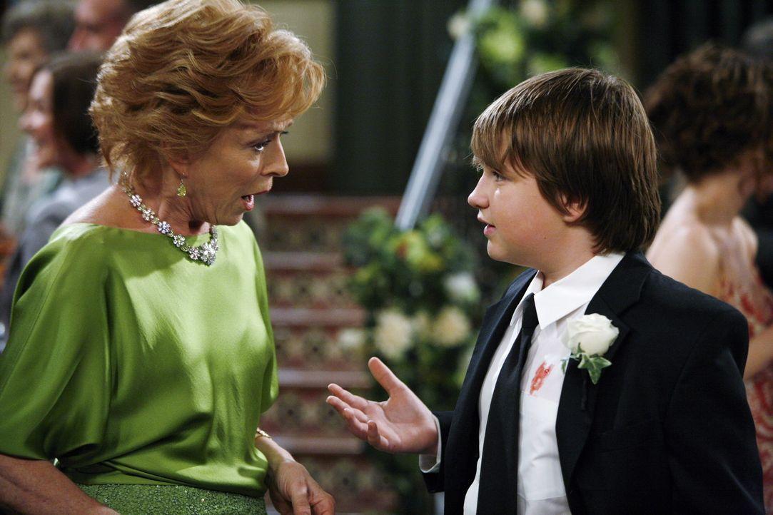 Jake (Angus T. Jones, r.) hat eine schlimme Nachricht für seine Großmutter Evelyn (Holland Taylor, l.) ... - Bildquelle: Warner Bros.