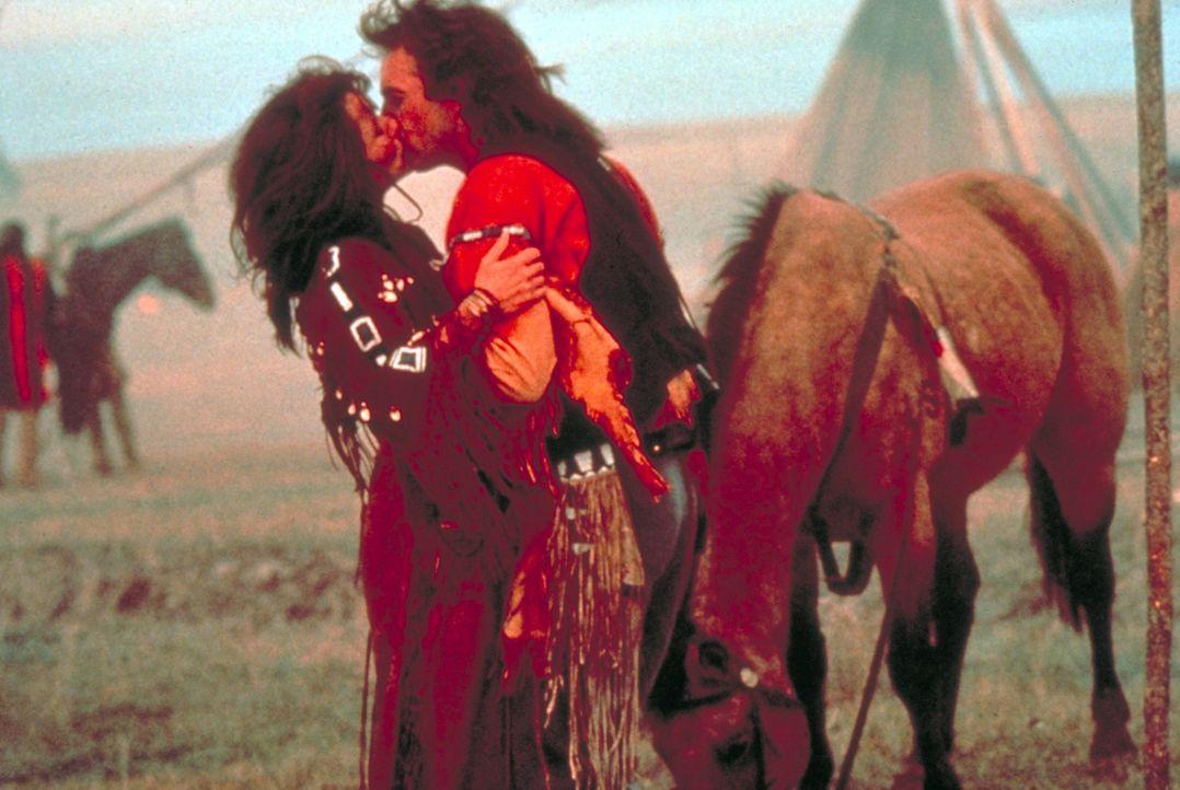 'Steht mit einer Faust' (Mary McDonnell, l.) und 'Der mit dem Wolf tanzt' (Kevin Costner, r.) verlieben sich heftig ineinander ... - Bildquelle: Orion Pictures Corporation