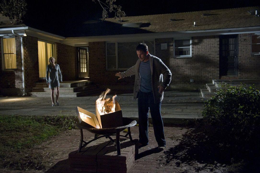Es gibt nur eine Lösung für Ellison (Ethan Hawke, r.): Er muss die gefundenen Snuff-Filme verbrennen, auch wenn es Tracy (Juliet Rylance, l.) nicht... - Bildquelle: Phillip Caruso 2011 GAME CHANGE