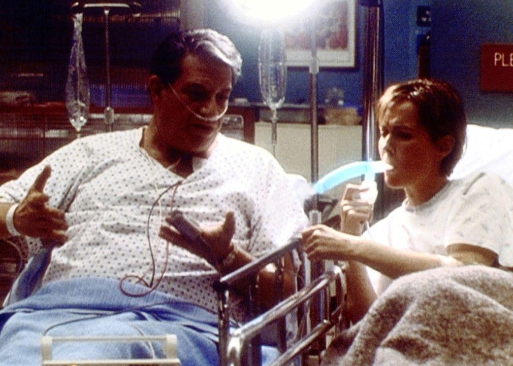 Mr. Arteburn (Michale Kagan, l.) ist sehr überrascht, seine behandelnde Ärztin, Dr. Weaver (Laura Innes, r.), neben sich am Krankenbett zu sehen. - Bildquelle: TM+  2000 WARNER BROS.