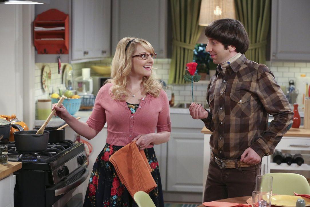 Während Sheldon sich über den Besuch seiner Oma freut, rätseln Bernadette (Melissa Rauch, l.) und Howard (Simon Helberg, r.) über Rajs Verhalten, de... - Bildquelle: 2015 Warner Brothers