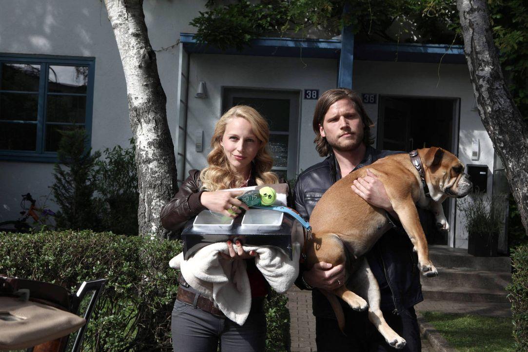 Mit Hilfe von Hundedame Lucky wollen Hanna (Petra Schmidt-Schaller, l.) und Jan (Sebastian Ströbel, r.) ihre Elternqualitäten testen. Kann das gut g... - Bildquelle: Vanessa Fuentes SAT.1