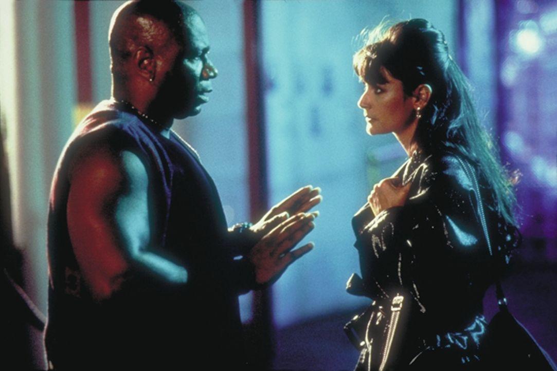 Der Türsteher des Nachtclubs sorgt sich um die schöne Erin (Demi Moore) ...