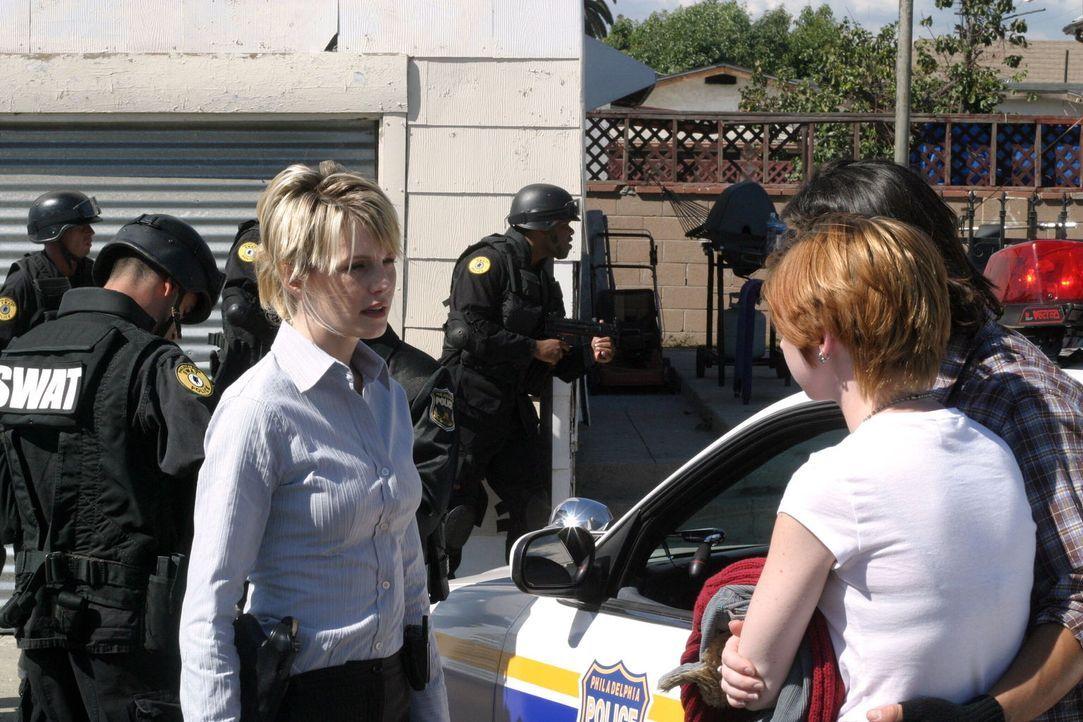 Dana (Sarah Buehler, 2.v.r.) und Brad Meyer (John Paul Pitoc, r.) erzählen Lilly Rush (Kathryn Morris, l.) von ihrer Beobachtung  ... - Bildquelle: Warner Bros. Television