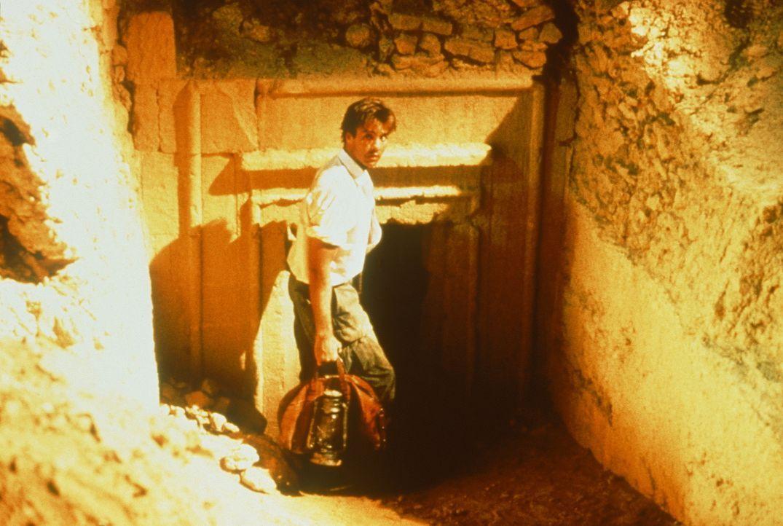Ein geheimnisvolles Fundstück, welches auf den Schatz Alexanders des Großen hinweist, macht den jungen Archäologen Jake Bonner (Jeff Fahey) zum G... - Bildquelle: Metro-Goldwyn-Mayer