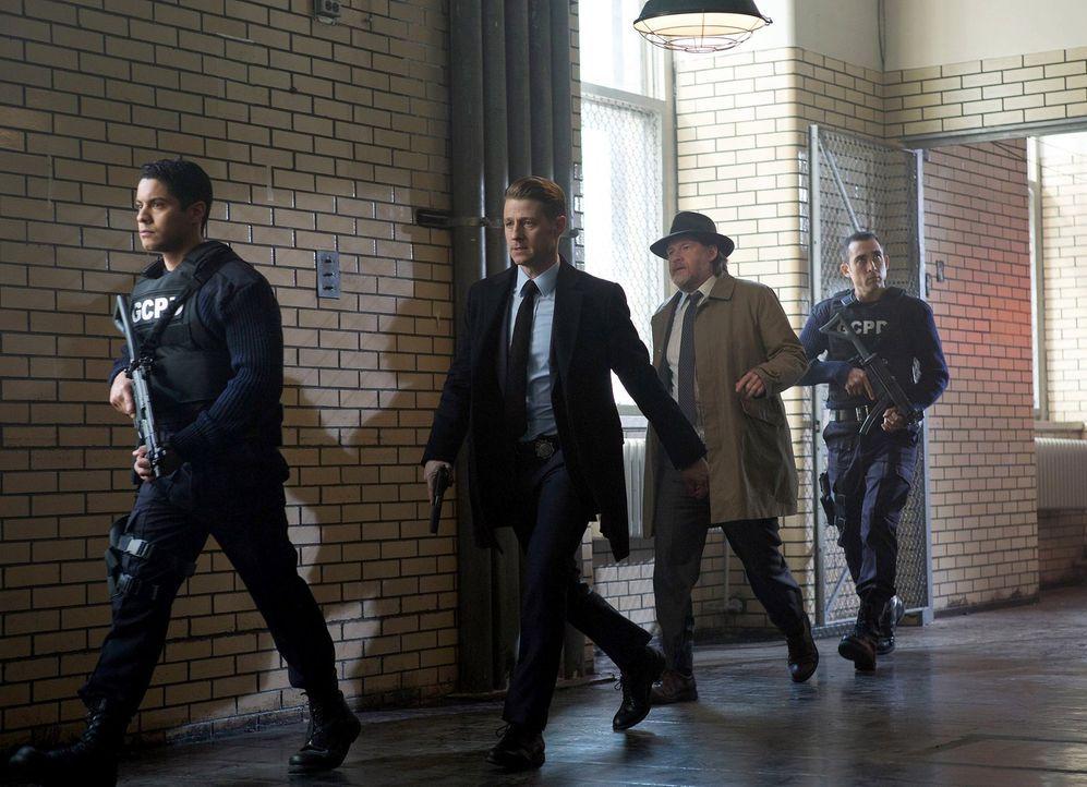 Während Jim Gordon (Ben McKenzie, 2.v.l.), Harvey Bullock (Donal Logue, 2.v.r.) und Nathaniel Barnes die Suche nach Victor Fries fortsetzen, sehen s... - Bildquelle: Warner Brothers