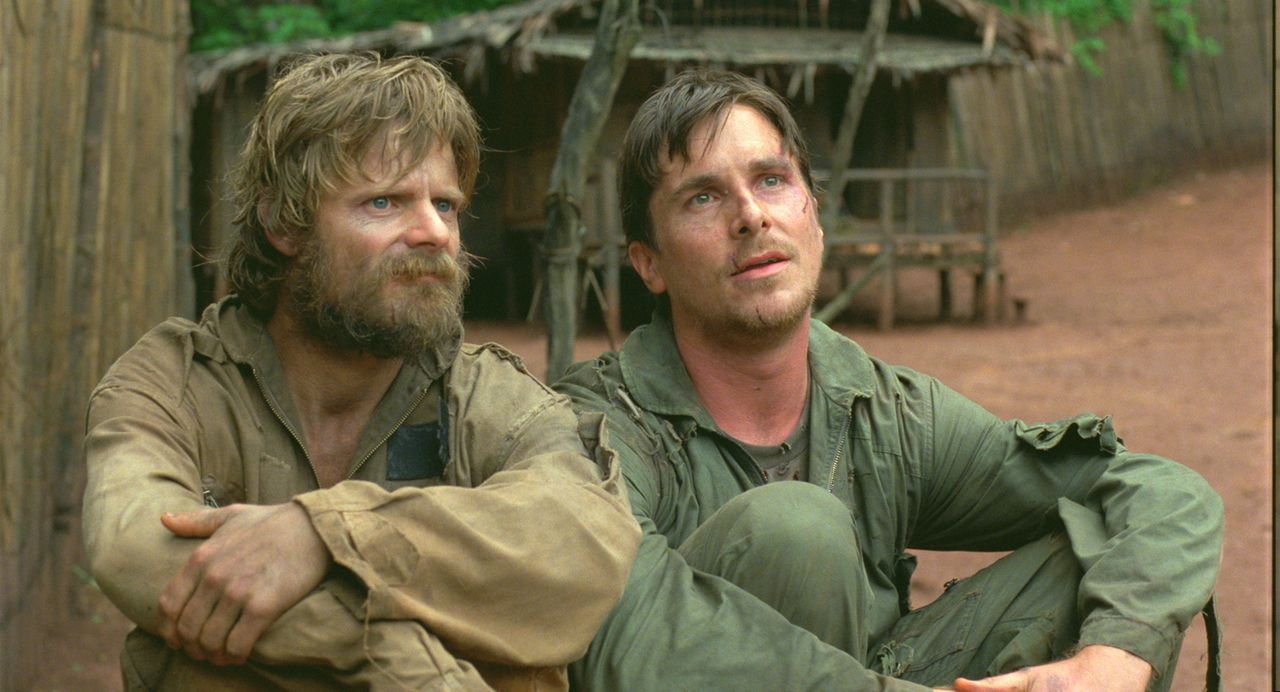 Zusammen mit Duane (Steve Zahn, l.) flieht der amerikanische Pilot Dieter Dengler (Christian Bale, r.) in den unendlichen Dschungel ... - Bildquelle: 2006 Top Gun Productions, LLC. All Rights Reserved.