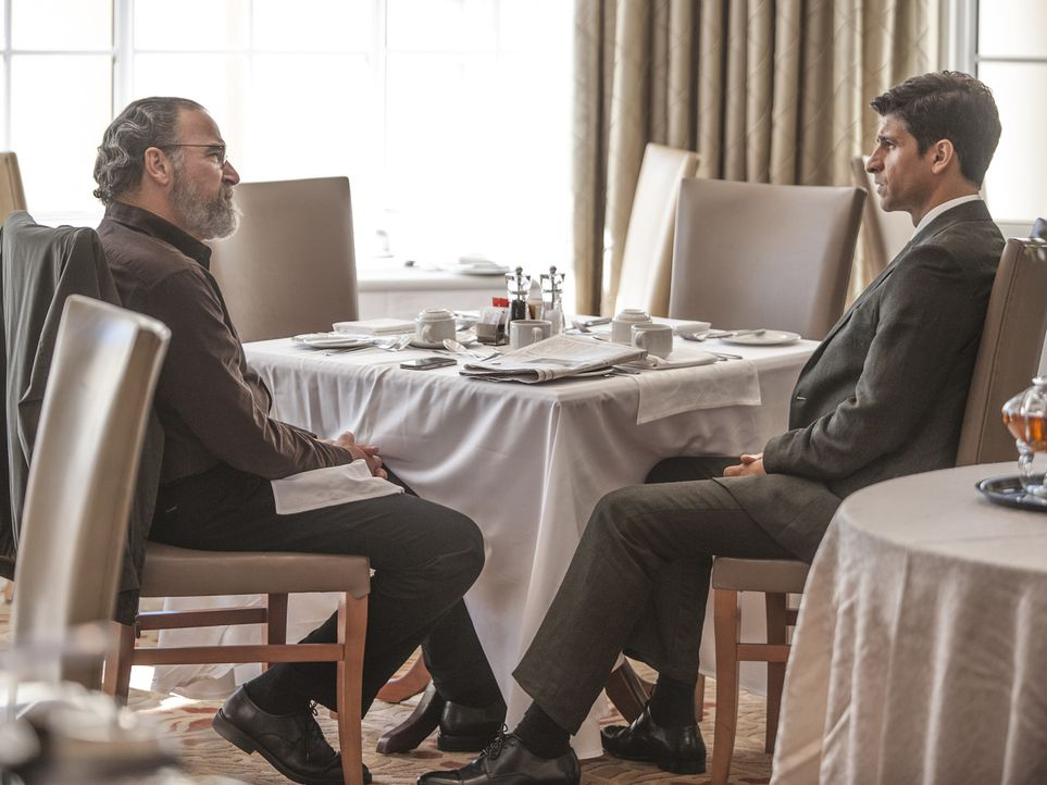 Wird eine Zusammenarbeit zustande kommen? Aasar Khan (Raza Jaffrey, r.) und Saul (Mady Patinkin, l.) ... - Bildquelle: 2014 Twentieth Century Fox Film Corporation