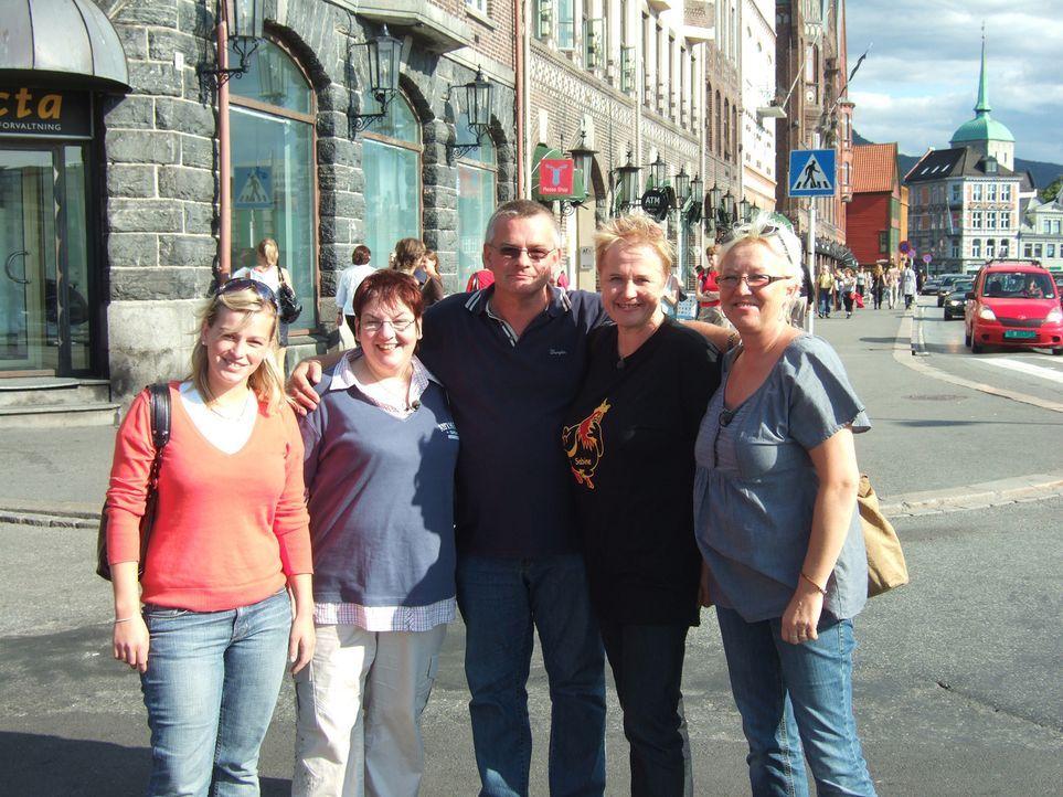 Seit zwei Jahren Leben Karl-Heinz (M.) und seine Tochter (l.) in Norwegen. Jetzt ist der Auswanderer auf der Suche nach einer Partnerin. Petra (r.),... - Bildquelle: kabel eins