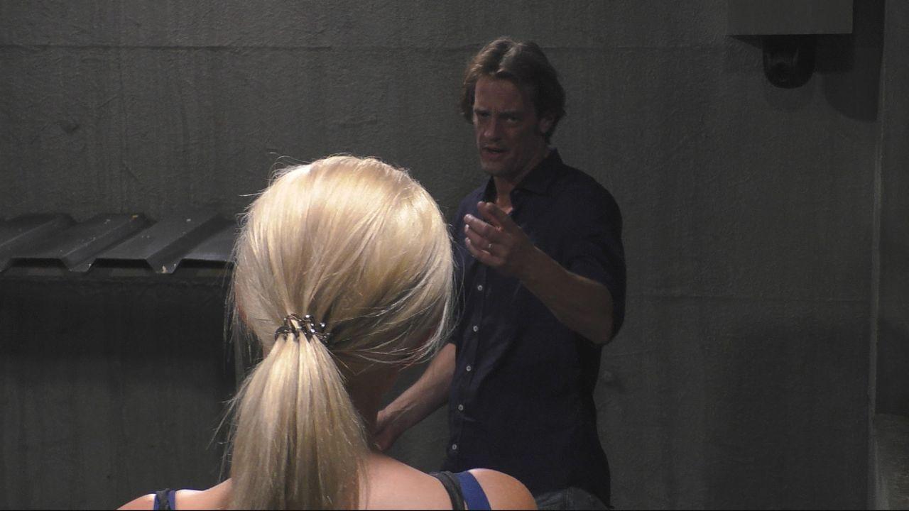 Steffen von der Beeck ist sauer und schreit Sarah Knappik an. - Bildquelle: SAT.1