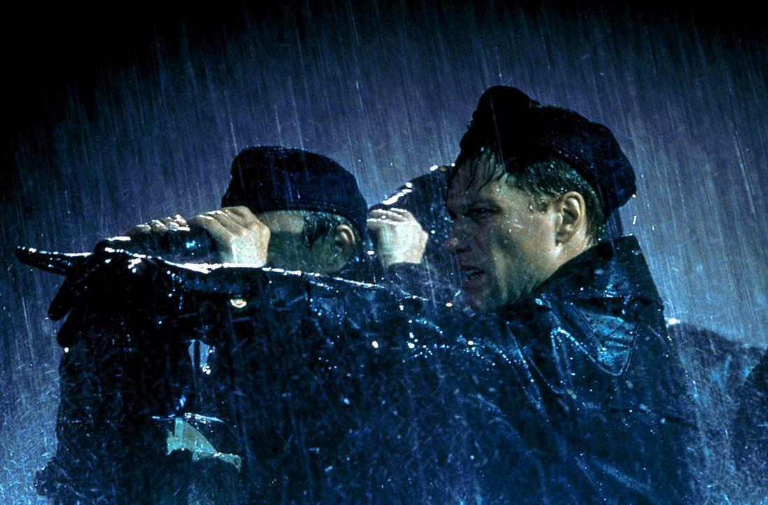 Für Lt. Pete Emmett (Jon Bon Jovi, r.) und die Crew läuft alles nach Plan. Doch plötzlich taucht ein zweites deutsches Boot auf und nimmt die ame... - Bildquelle: 2000 Universal Pictures. All Rights Reserved