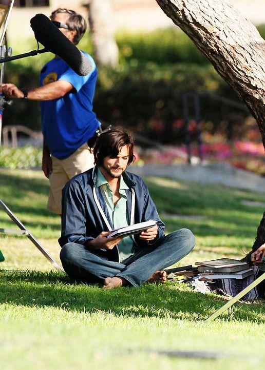 ashton-kutcher-filmset-jobs-12-06-18-09-comjpg 1423 x 1990 - Bildquelle: WENN.com