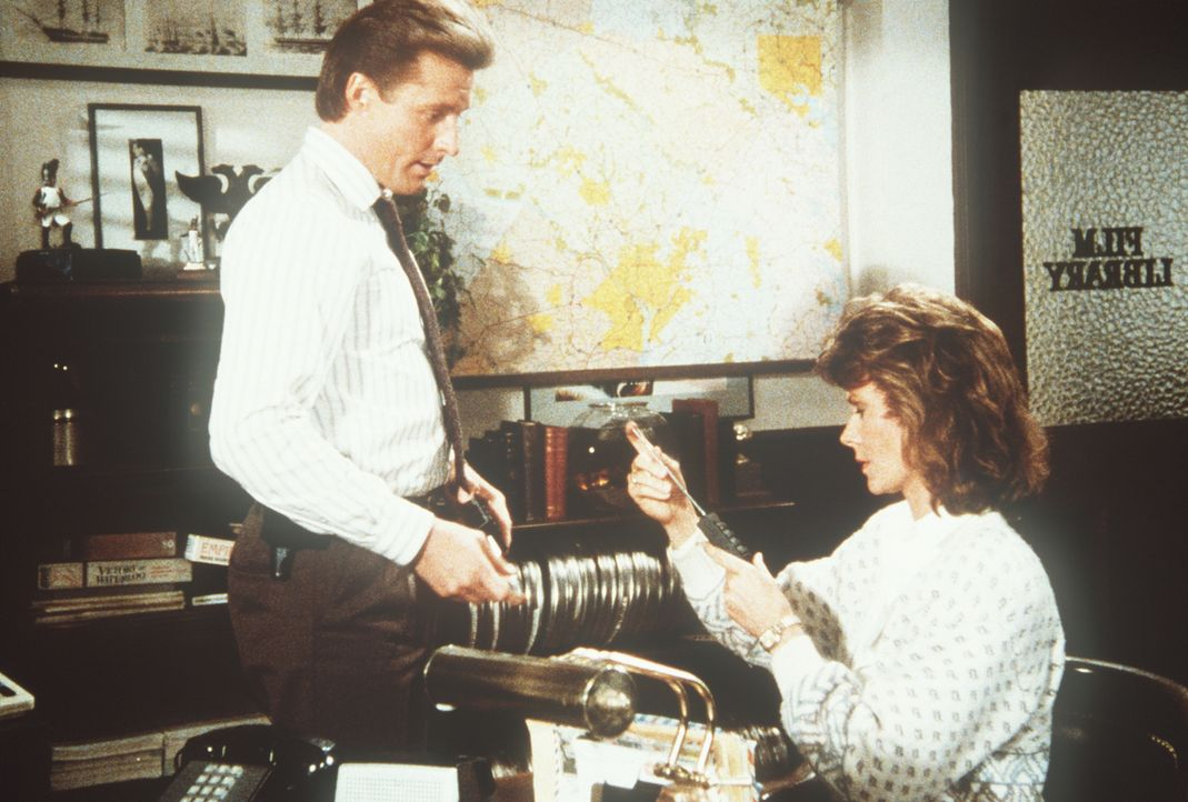 Lee (Bruce Boxleitner, l.) befragt Amanda (Kate Jackson, r.) zu ihrem geschiedenen Mann, der verdächtigt wird, am Putsch beteiligt zu sein ...