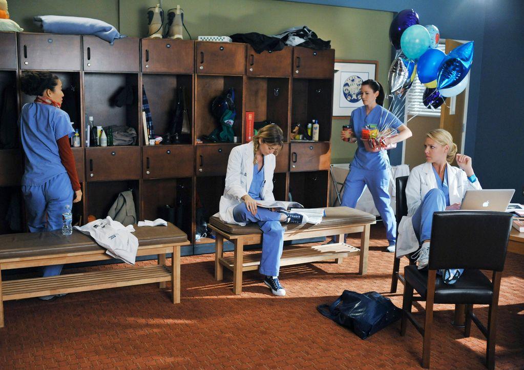 Ein turbulenter Arbeitstag wartet auf Cristina (Sandra Oh, l.), Meredith (Ellen Pompeo, 2.v.l.), Lexie (Chyler Leigh, 2.v.r.) und Izzie (Katerhine H... - Bildquelle: Touchstone Television