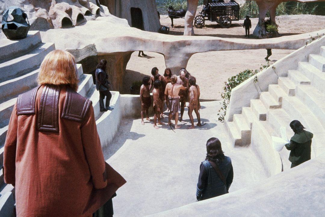 George Taylor (Charlton Heston, hinten 3.v.r.) erkennt Landon (Robert Gunner, hinten 2.v.r.) unter den Gefangenen und will mit seiner Hilfe beweisen... - Bildquelle: 20th Century Fox International Television
