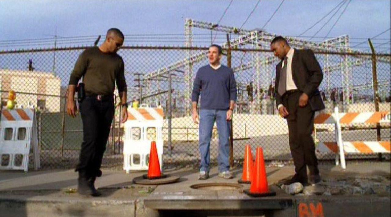 Die Special Agents Jason Gideon (Mandy Patinkin, M.), Derek Morgan (Shemar Moore, l.) und Det. Fuller (Kent Faulcon, r.) rekonstruieren an einer Gro... - Bildquelle: Touchstone Television