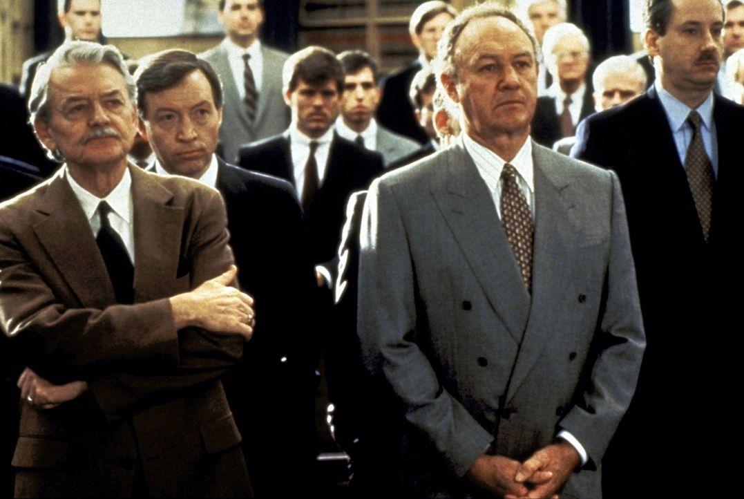 Ein junger erfolgsversprechender Harvard-Absolvent, würde sich in der Kanzlei von Oliver Lambert (Hal Holbrook, l.) und Avery Tolar (Gene Hackman,... - Bildquelle: Paramount Pictures