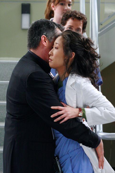 Dr. Colin Marlow (Roger Rees, l.) bringt Cristina (Sandra Oh, r.) wegen ihrer Vergangenheit in Schwierigkeiten ... - Bildquelle: Touchstone Television
