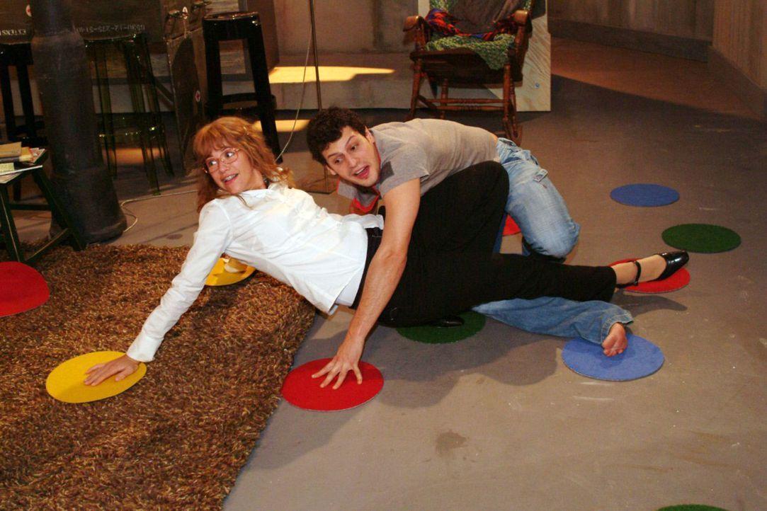 Der Abend bei Rokko (Manuel Cortez, r.) verläuft sehr lustig - und Lisa (Alexandra Neldel, l.) kann das unverkrampfte Zusammensein genießen. (Dies... - Bildquelle: Monika Schürle Sat.1