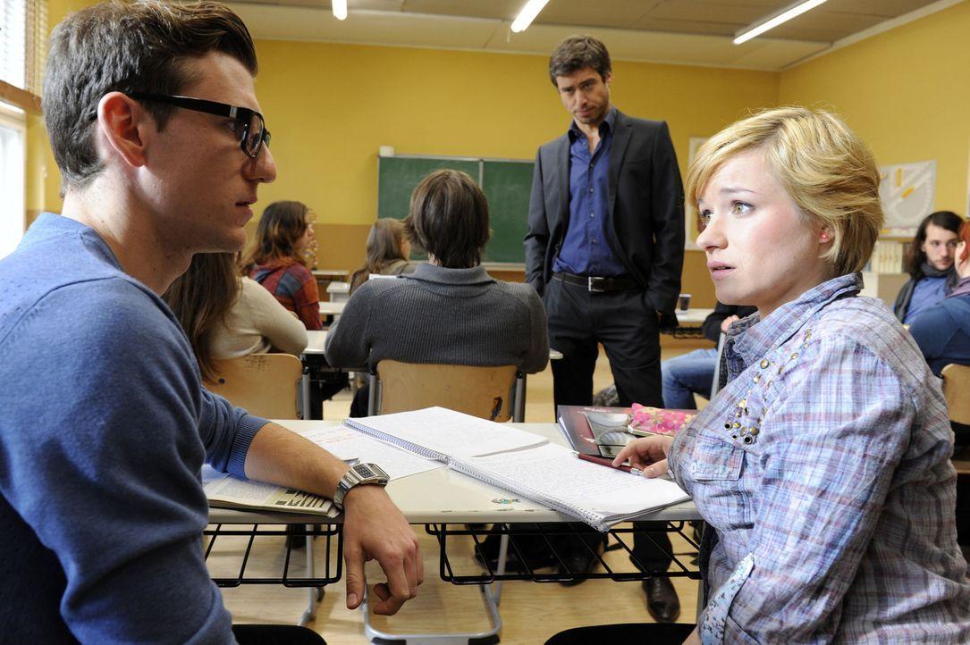 Emma (Kasia Borek, r.) macht Hotte (Dennis Schigiol, l.) ein Geständnis. Julian (Sebastian Hölz, M.) beobachtet die Situation ... - Bildquelle: Christoph Assmann SAT.1