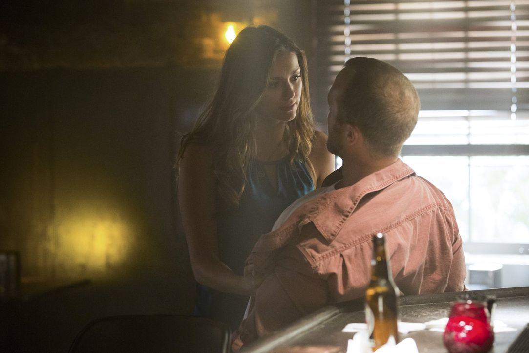 Kommt Elena (Nina Dobrev, l.) noch rechtzeitig, bevor Chuck (Christopher Johnson, r.) all seinen Frust an Stefan auslässt? - Bildquelle: Warner Bros. Entertainment, Inc