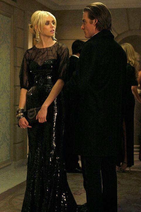 Nun braucht Damien (Kevin Zegers, r.) doch Jennys (Taylor Momsen, l.) Hilfe und kommt wieder angekrochen. - Bildquelle: Warner Brothers