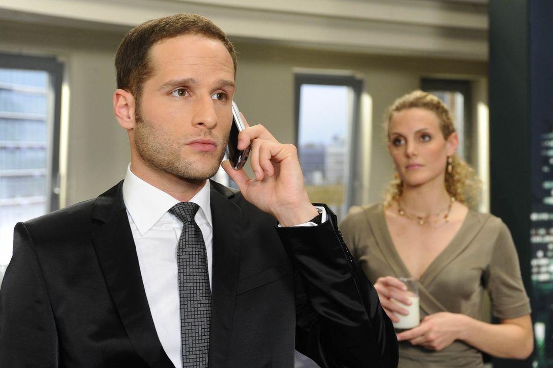 David (Lee Rychter, l.), erklärt Annett, mit Richards Verschwinden nichts zu tun zu haben und spielt vor Maja (Barbara Lanz, r.) den betroffenen So... - Bildquelle: SAT.1
