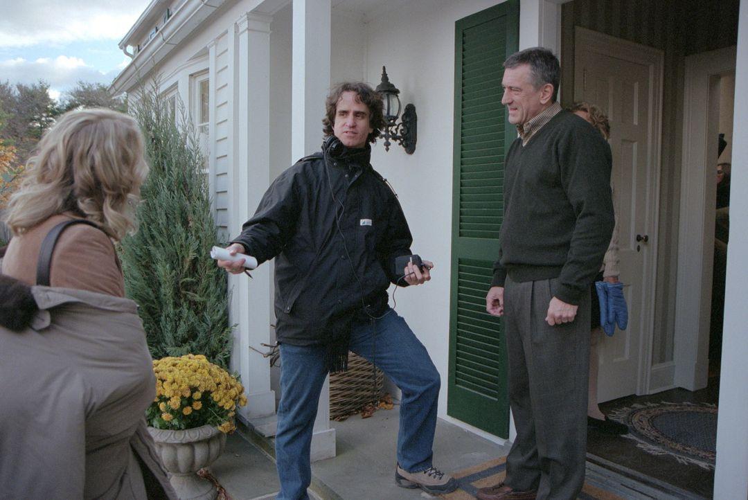"""Dreharbeiten zu """"Meine Braut, ihr Vater und ich"""" mit dem Regisseur M. Jay Roach, M. und den Darstellern Teri Polo, l. und Robert De Niro, r. - Bildquelle: 2000 Universal Studios and DreamWorks LLC.  All rights reserved."""