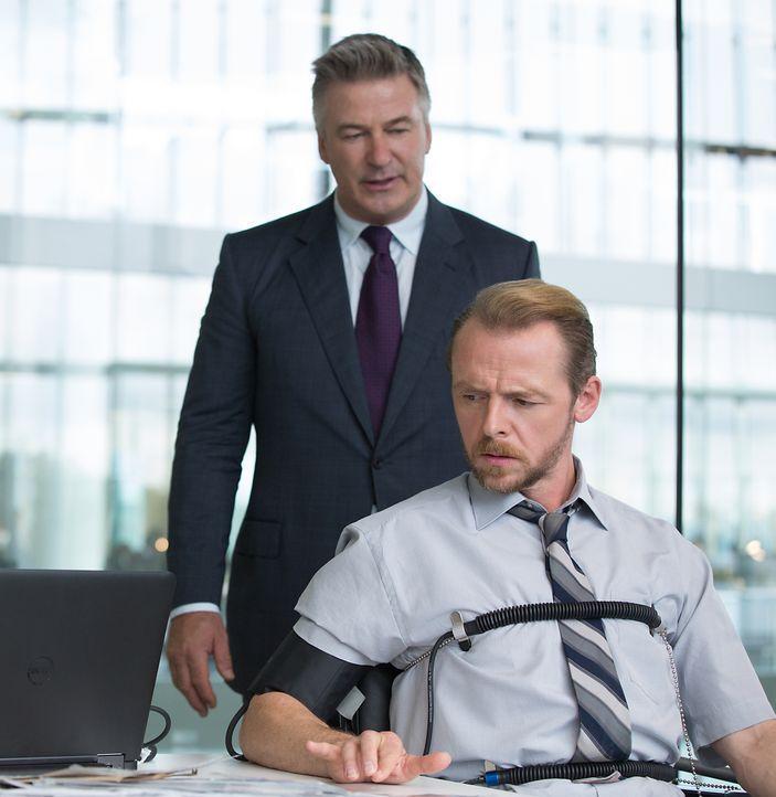 Alan Hunley (Alec Baldwin, r.) verdächtigt Benji Dunn (Simon Pegg) über Hunts Aufenthaltsort Bescheid zu wissen und probiert diesen unter Druck zu s... - Bildquelle: Christian Black 2015 PARAMOUNT PICTURES. ALL RIGHTS RESERVED.