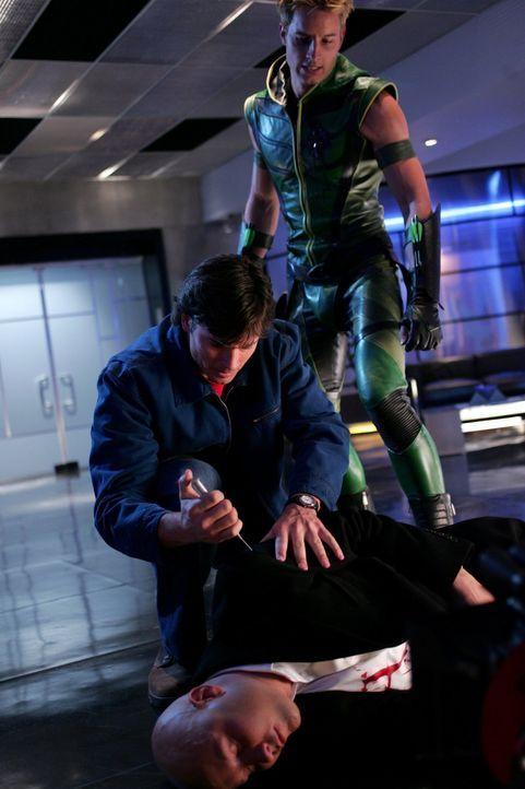 Weil Oliver (Justin Hartley, r.) und Lex (Michael Rosenbaum, l.) nicht wie Clark gegen Kugeln immun sind, benötigen sie eine Superdroge, die ihre Wu... - Bildquelle: Warner Bros.