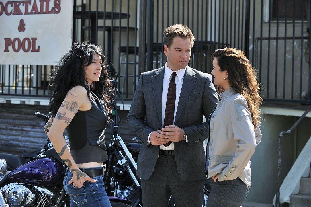 Um den Mörder sämtlicher Biker dingfest zumachen, befragen Ziva (Cote de Pablo, M.) und DiNozzo (Michael Weatherly, r.) Velvet (Claudia Black, l.) u... - Bildquelle: CBS Television