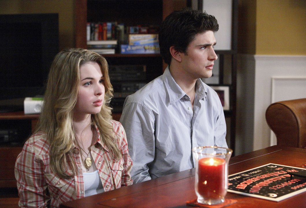 Aus dem Vergnügen wird bitterer Ernst: Kyle (Matt Dallas, r.) und Amanda (Kirsten Prout, l.) versuchen herauszufinden, was die mysteriöse Zahl zu... - Bildquelle: TOUCHSTONE TELEVISION