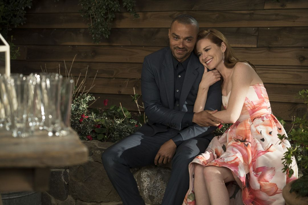 Können Jackson (Jesse Williams, l.) und April (Sarah Drew, r.) ihre Freundschaft trotz ihrer neuen Beziehungen aufrechterhalten? - Bildquelle: Eric McCandless 2017 American Broadcasting Companies, Inc. All rights reserved./Eric McCandless
