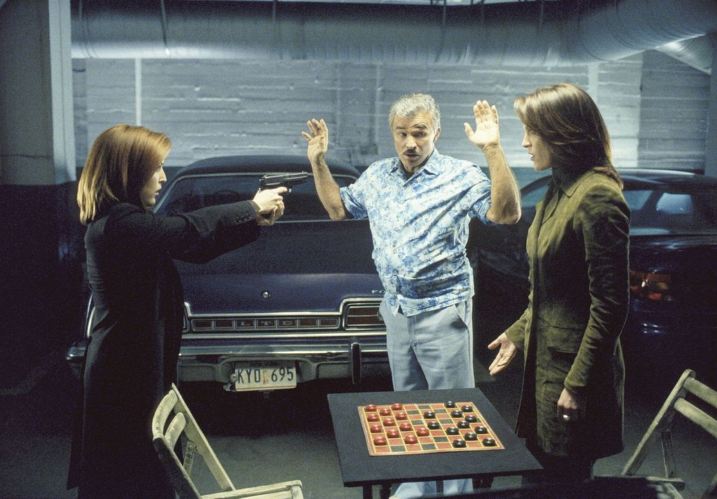 In der Tiegarage weist Burt (Burt Reynolds, M.) die FBI-Agenten, Scully (Gillian Anderson, l.) und Monica (Annabeth Gish, l.), darauf hin, dass sie... - Bildquelle: Twentieth Century Fox Film Corporation. All Rights Reserved.