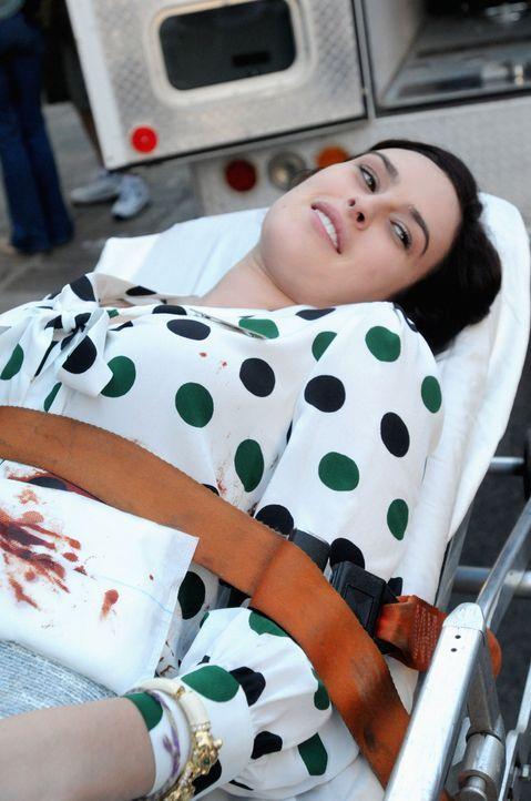 Max macht sich große Sorgen um Sabrina (Rumer Willis), die bei einem Banküberfall schwer verletzt wurde ... - Bildquelle: 2012 CBS Broadcasting, Inc. All Rights Reserved.
