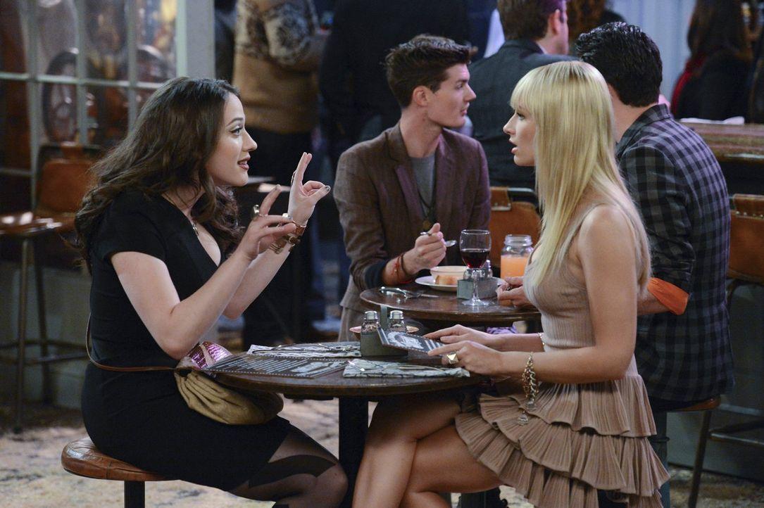 Als Caroline (Beth Behrs, r.) von ihrem heißen Date versetzt wird, beschließen sie und Max (Kat Dennings, l.), das Beste aus dem angebrochenen Abend... - Bildquelle: Warner Brothers