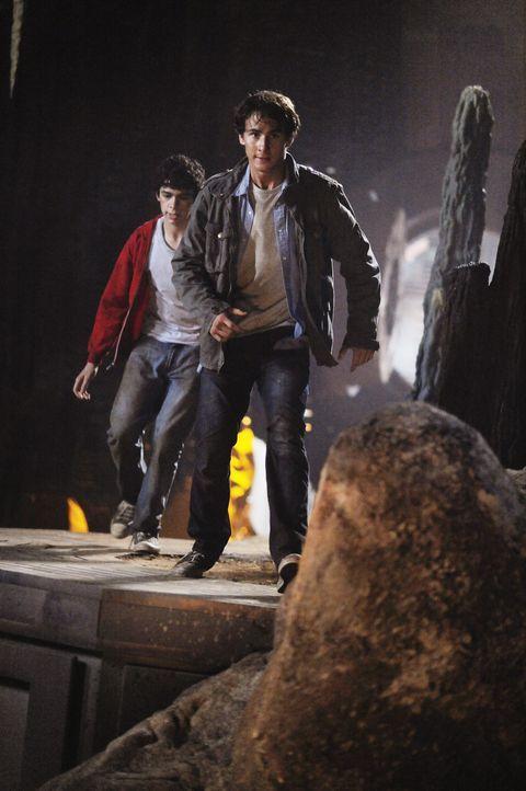 Er sehr spät erkennen die beiden Brüder Nick (Kelly Blatz, r.) und Tyler (Joey Pollari, l.), dass das Ufo mit einer besonderen Mission zu ihnen ge... - Bildquelle: Disney