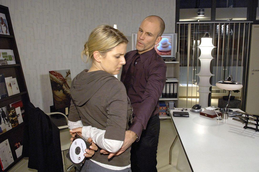 Anna (Jeanette Biedermann, l.) wird von Gerrit (Lars Löllmann, r.) überrascht. - Bildquelle: Claudius Pflug Sat.1