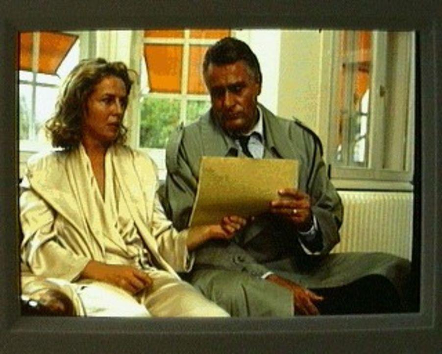Markus Brauneck (Klaus Wildbolz, r.) und seine Frau Alexandra (Michaela May, l.) sind in großer Sorge: Ihr Kindermädchen hat ihren Sohn entführt ...... - Bildquelle: SAT.1