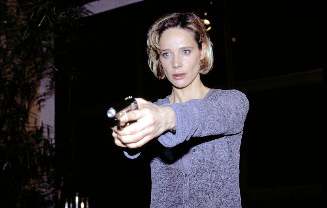 Kommissarin Michelle Eisner (Ann-Kathrin Kramer) ist auf der Suche nach einem Serienmörder, der auf brutalste Weise Frauen ermordet. - Bildquelle: Sat.1