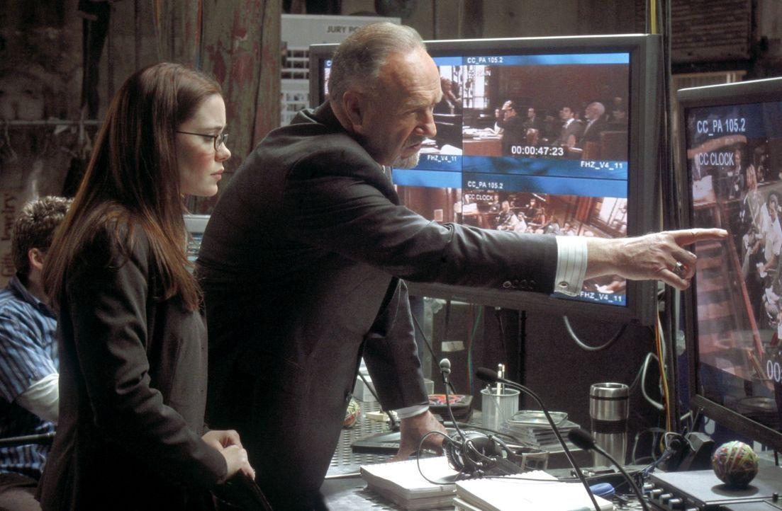 Schon bald muss Amanda (Marguerite Moreau, l.) erkennen, dass der Geschworenenberater Rankin Fitch (Gene Hackman), der im Auftrag einer Waffenfirma... - Bildquelle: 20th Century Fox of Germany