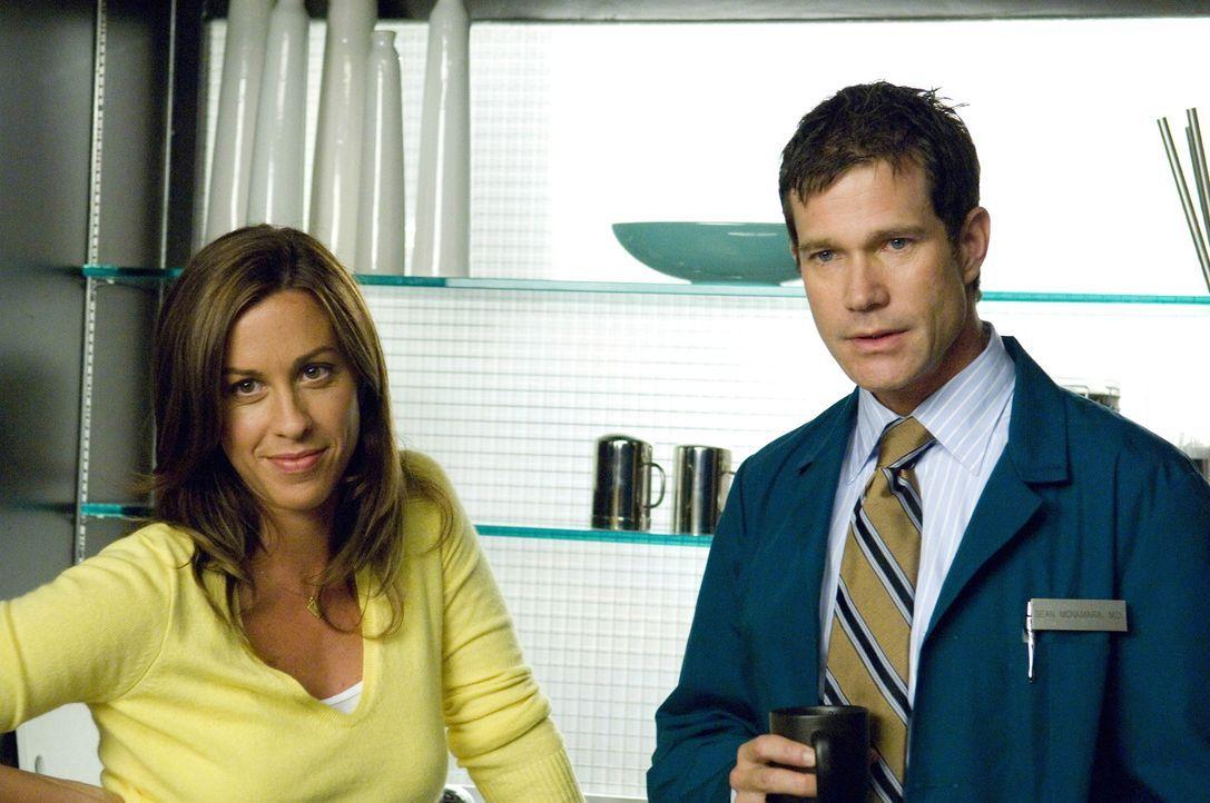 Sean (Dylan Walsh, r.) kann nicht verstehen, warum Liz sich operieren lassen möchte, und schon gar nicht, wenn sie damit nur Poppy (Alanis Morisset... - Bildquelle: TM and   2004 Warner Bros. Entertainment Inc. All Rights Reserved.