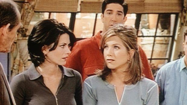 Monica (Courteney Cox, 2.v.l.), Ross (David Schwimmer, M.) und Rachel (Jennif...