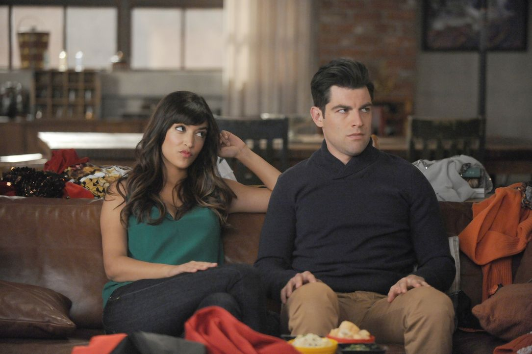 Seit ihrer Verlobung ist Cece (Hannah Simone, l.) die ganze Zeit in der WG. Was Schmidt (Max Greenfield, r.) freut, sorgt bei Nick zusehends für Unm... - Bildquelle: Ray Mickshaw 2016 Fox and its related entities.  All rights reserved.