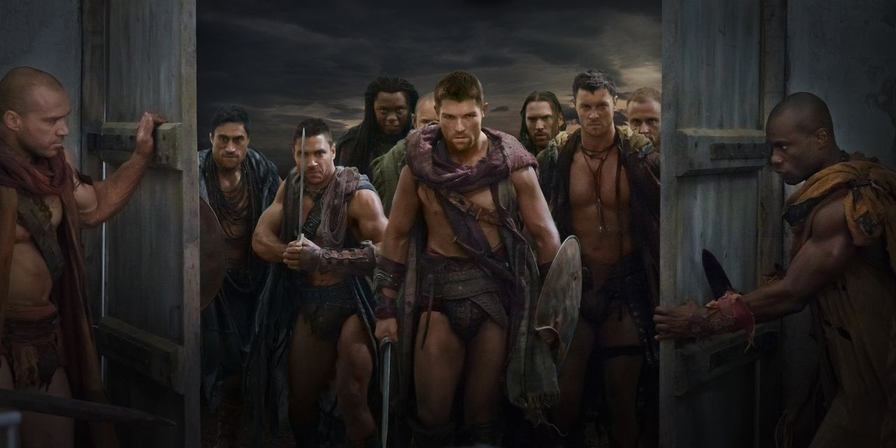 Als Crixus (Manu Bennett, 2.v.l.) erfährt, dass seine geliebte Naevia in einer Villa in der Nähe von Capua war, überfällt er mit Spartacus (Liam... - Bildquelle: 2011 Starz Entertainment, LLC. All rights reserved.