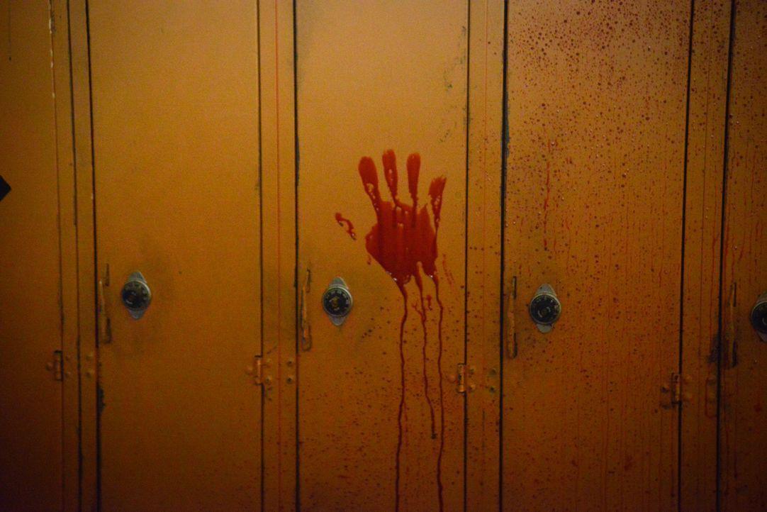 Leitet der blutige Händeabdruck die Bewohner Chester's Mill auf eine neue Spur? - Bildquelle: Brownie Harris 2014 CBS Broadcasting Inc. All Rights Reserved.