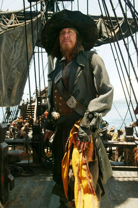 Elizabeth und Will gelingt es mit Hilfe von Captain Barbossa (Geoffrey Rush), Jack Sparrow aus dem Jenseits zu retten, um sich sofort danach ihren G... - Bildquelle: Peter Mountain Disney Enterprises, Inc.  All rights reserved