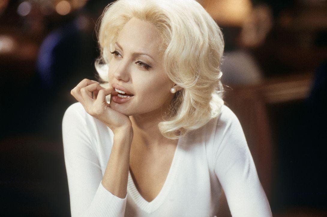 Die platinblonde ehrgeizige Moderatorin Lanie Kerrigan (Angelina Jolie) setzt alles daran, einmal so berühmt zu werden wie ihr großes Vorbild TV-Iko... - Bildquelle: MONARCHY ENTERPRISES S.A.R.I. AND REGENCY ENTERTAINMENT (USA), INC.