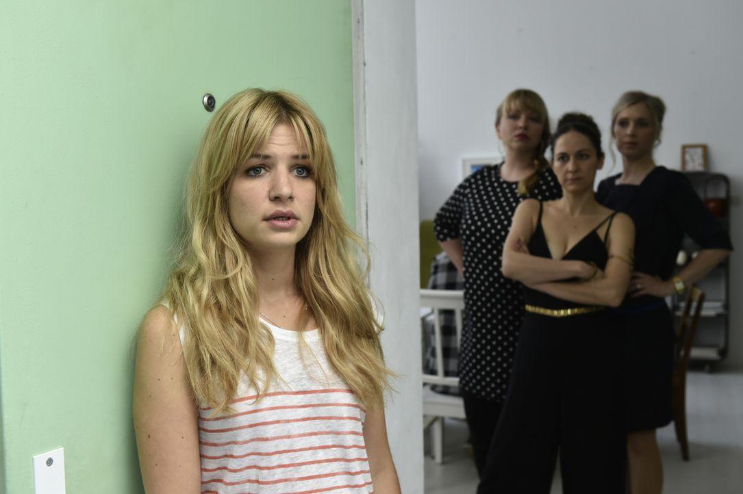 Als Mila (Susan Sideropoulos, l.) auf dem Single-Dinner ein emotionales Geständnis abgibt, erhält sie wider Erwarten von (v.l.n.r.) Babsi (Vera Sora... - Bildquelle: Claudius Pflug SAT.1