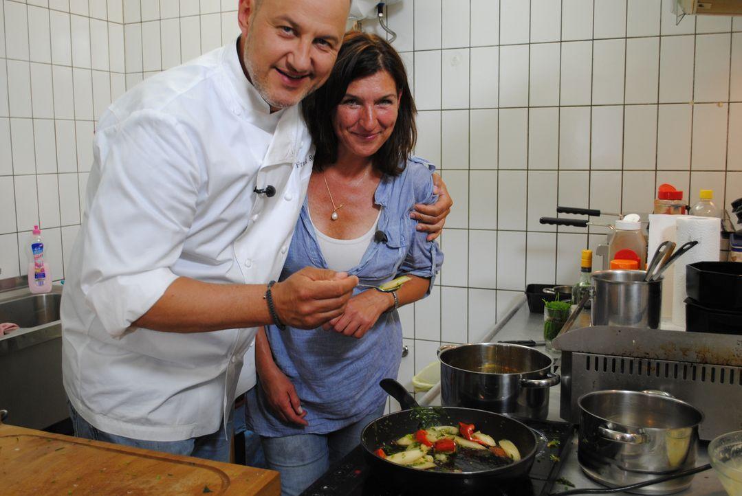 Im Dörfchen Blankenfelde bei Berlin betreibt die 46-jährige Manuela (r.) seit einem Jahr das Bistro M. und steht schon vor dem Aus. Sie hofft auf di... - Bildquelle: kabel eins